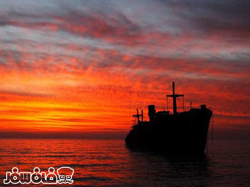 غروب آفتاب درکنار کشتی یونانی